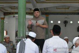 Serahkan dana hibah, Gubernur Babel bantu pembangunan Masjid Jami' Nurul Huda