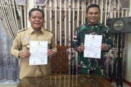 Bupati Sanggau serahkan naskah kegiatan TMMD