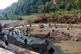 Banjir akibat tanggul jebol sempat isolir warga dua desa di Cianjur