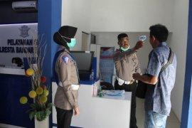 Polresta Bandarlampung ukur suhu tubuh pemohon SIM
