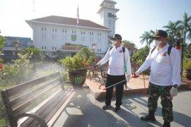 Fasilitas umum di Kota Madiun disterilkan dengan disinfektan