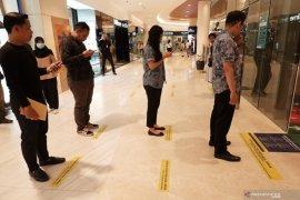 Ikut mencegah penyebaran COVID-19, sejumlah mal di Medan lakukan Social Distancing