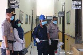 Markas Polres Aceh Utara disemprot desinfektan