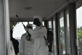 Polisi Riau kerahkan personel semprot disinfektan di area publik