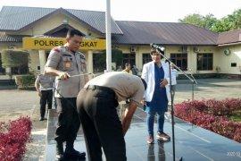 Antisipasi Covid-19 personel Polres Langkat disemprot disinfektan