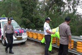 Minibus angkut rombongan manten terguling di Jalan Raya Sarangan-Magetan