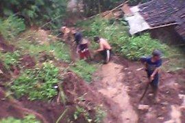 Longsor terjang rumah warga di Tulungagung, Jatim