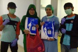 Sekolah Relawan bagikan APD dan makanan kepada paramedis tangani corona
