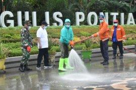 Ratusan petugas dan relawan di Pontianak lakukan penyemprotan disinfektan