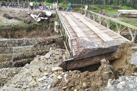 Jembatan bailey Tanah Jawa longsor, arus transportasi dialihkan