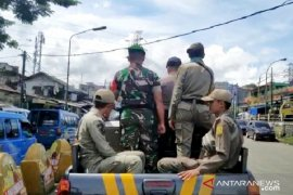 Satpol PP Bogor keliling putarkan rekaman imbauan bupati soal COVID-19