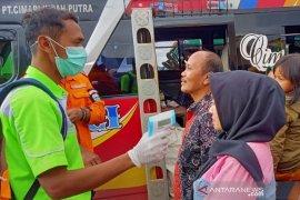Ratusan penumpang angkutan umum diperiksa kesehatannya saat masuk Garut