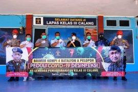 Personel Brimob desinfektan Lapas Calang Aceh Jaya