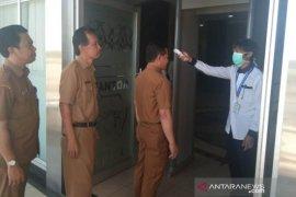 Petugas RSUD Periksa Suhu Tubuh Pegawai Sekretariat Kabupaten Penajam