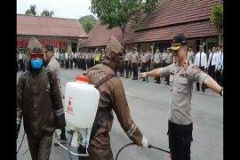 Personel Pollres Binjai disemprot disinfektan antisipasi COVID-19