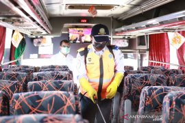 Petugas sterilkan bus di Terminal Guntur Garut untuk cegah penyebaran COVID-19