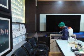 PLN UIW Aceh semprotkan disinfektan cegah corona