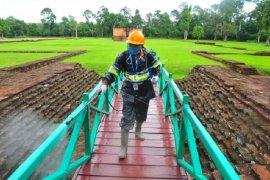 Petugas BPCB Jambi lakukan penyemprotan disinfektan di Percandian Muara Jambi