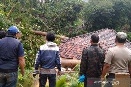 104 rumah rusak dan 346 jiwa mengungsi akibat longsor di Cianjur