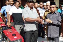 Tingkatkan produksi padi, Aceh Barat bagi 104 alat bajak untuk petani