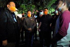 Polisi-TNI patroli malam bubarkan kerumunan warga di Surabaya