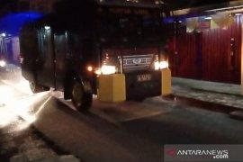 Polisi manfaatkan mobil pengendali massa semprot disinfektan di Mentok
