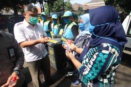 Dilengkapi APD saat bekerja bagi petugas kebersihan Kota Bandung