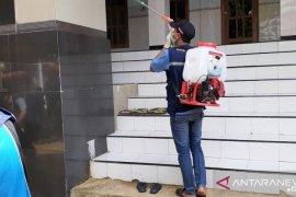 Muhammadiyah Pamekasan bantu pemerintah semprotkan disinfektan di tempat ibadah