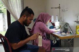 Pasutri di Pekanbaru ini buat masker untuk dibagikan gratis cegah COVID-19