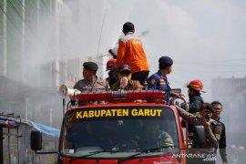 Cegah COVID-19,  petugas semprotkan disinfektan di perkotaan Garut