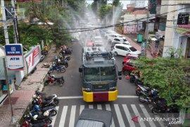 Antisipasi penyebaran COVID-19, AWC Polres Jember semprot disinfektan di jalanan