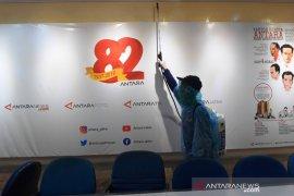 Cegah COVID-19, NasDem Jatim lakukan penyemprotan disinfektan ke kantor media (Video)