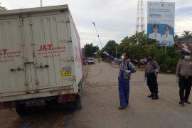 Puluhan kendaraan masuk Kayong Utara disemprot desinfektan