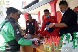 """Pekerja jalanan di Garut dibagikan bantuan """"hand sanitizer"""" cegah corona"""