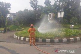 Kawasan perumahan disemprot disinfektan oleh petugas Damkar Kabupaten Bogor