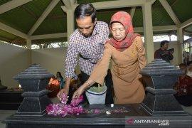 """Ibu Jokowi meninggal, pianis Ananda Sukarlan persembahkan lagu  """"Variations on Kasih Ibu"""""""