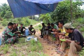 Istirahat kerja, prajurit TNI makan siang bersama warga