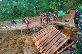 Hujan di Lebak kembali putuskan jembatan gantung
