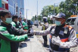 Ribuan botol hand sanitizer dibagikan gratis ke pengemudi ojek daring di Surabaya
