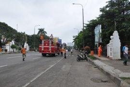Petugas semprot disinfektan di 67 titik ruang publiki Kota Serang