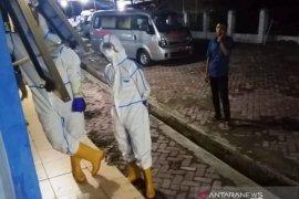 Bungkusan jenazah PDP asal Aceh Utara dibuka dan dimandikan, sejumlah warga dikarantina