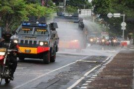 Brimob Polda Bali semprotkan disinfektan cegah COVID-19