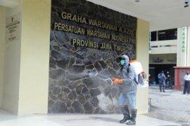 Cegah COVID-19, PWI Jatim bagi-bagi cairan pembersih tangan ke jurnalis