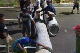 Aksi balap liar di tengah wabah corona, warga blokir jalan dengan pipa beton