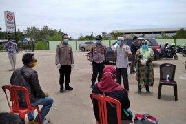 Belasan TKI masuk lewat Pelabuhan Kualatungkal jalani tes dan isolasi mandiri