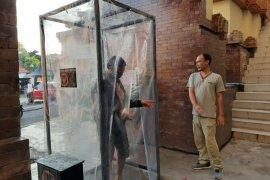 Pasar Badung kini dilengkapi dua bilik disinfektan antisipasi COVID-19