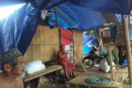 Menipis stok bahan pokok warga pengungsi banjir di Lebak