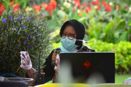Wali Kota Risma imbau warga Surabaya biasakan berjemur tiap pagi dan sore