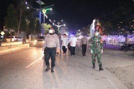 Antisipasi COVID-19, petugas gabungan bubarkan kerumunan warga di Aceh Utara
