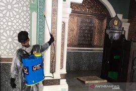 DPW Nasdem Aceh semprotkan disinfektan di Masjid Al Falah